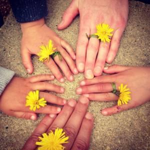 family-hand-1636615_960_720
